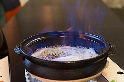 沸騰したところで火をつけてアルコール分を飛ばすので、酒が飲めない人や子どもでも食べられる