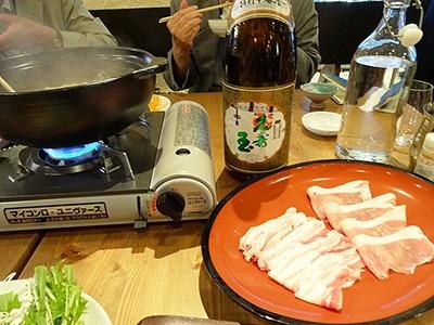 しゃぶしゃぶ単品を注文すると、鍋ひとつにつき日本酒が一升瓶で1本付く。使用する日本酒は「本醸造」(3600円)、純米酒(4200円)、純米大吟醸(6000円)から選べる。野菜、雑炊付き。豚肉や海鮮盛りは別途注文が必要