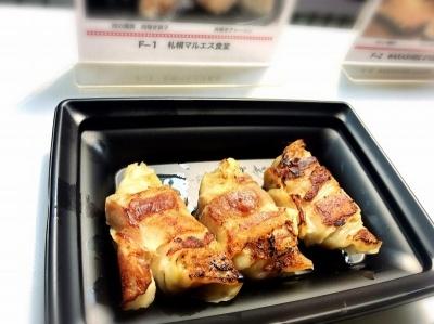 最も秋葉原寄りにある「札幌マルエス食堂」(札幌市)の「肉の爆弾 肉巻き餃子」(600円※税込み、以下同)。餃子に巻かれている国産豚バラ肉は餃子のあんと一体感のある柔らかさながら、肉を食べた満足感も感じさせる