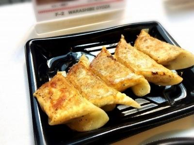 「WARASHIBE GYOZA」(千代田区)の「わらしべ焼餃子」(500円)は、もっちりした厚めの皮と、タマネギやフライドオニオンの隠し味が効いたほどよい甘みのあんのバランスが絶妙。チーズを使ったフォンデュ風餃子など、女性向けの変わり餃子のメニューが豊富