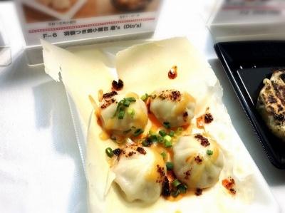 「羽根つき焼小籠包 鼎's(Din's)」(渋谷区)の「羽根つき焼小籠包」(600円)。台湾で一二を争う小籠包の超有名店「京鼎樓」のトップ点心師・総料理長が、日本人向けに開発した特別な「羽根つき焼小籠包」。さっぱりした酢味噌ダレと辛みがマイルドな香港ラー油、肉汁がベストマッチ