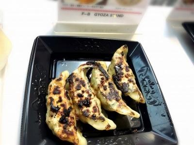 「GYOZA STAND」(餃子フェス公式店舗)の「パクチー香る! 特製ジューシーホルモン餃子」(600円)。あんの味付けがかなりスパイシーなため、パクチーが苦手な人でも食べやすい味