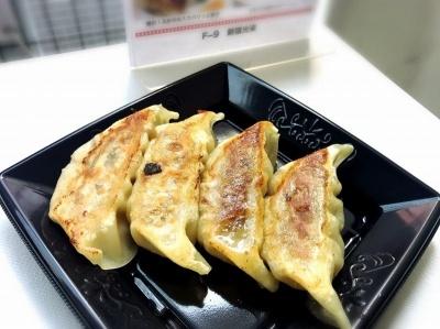 「新宿光来」(新宿区)の「贅沢!ふかひれ入りパリッと餃子」(600円)。気仙沼産の高級フカヒレと、千葉県産もち豚をたっぷり使ったあんが特徴。肉汁を吸ったフカヒレがとろりとした食感で、うまみたっぷり