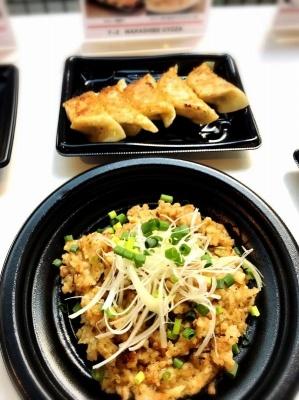 「WARASHIBE GYOZA」のうま横限定メニュー「わらしべ餃子飯(餃子の炊き込みご飯)」(600円)は、餃子のあんと一緒にご飯を炊くことで、餃子のうまみを米に吸収させた、餃子屋ならではの遊び心があるご飯もの