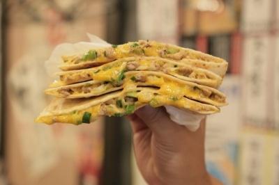 「WARASHIBE GYOZA」のうま横限定メニュー「餃子ケサディーヤ」(700円)は、トルティーヤにチーズを挟んで焼いたメキシコ料理を餃子でアレンジした異色料理