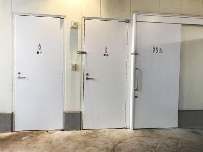 高架下だが、施設内の中央あたりに男女別と障がい者用のトイレが合計3つある。清潔感があり、女性にも抵抗感がなさそう