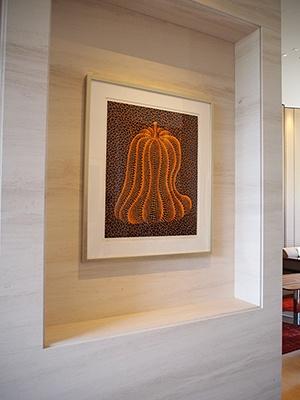 エントランスラウンジには現代アートの先駆者、草間彌生氏の作品を展示。館内の随所で鑑賞できるのはうれしい