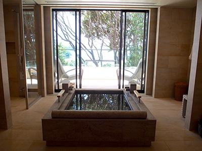 増築した別棟の客室は石造りの温泉風呂付き。同タイプの部屋は全部で4室ある