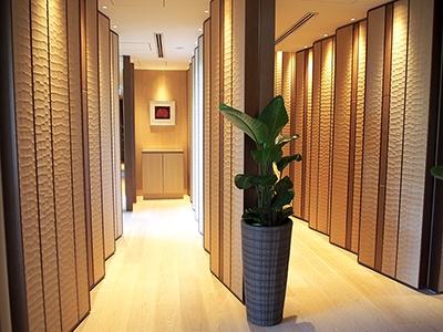 森田恭通氏による斬新なインテリアデザインも見どころ。伝統的ななぐり加工のオーク材に本革を組み合わせた立体的な壁面が気分を一層盛り上げる