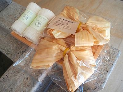 ヒノキ製品を製造する際に出るカンナクズを再利用したヒノキリボン。湯に浮かべて香りを楽しめるので外国人客にも受けそう