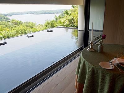 部屋ごとに用意されたプライベートなダイニングルーム。外の自然を眺めながら朝食を味わえる