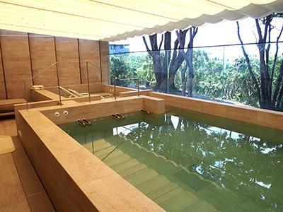 「世界で一番小さなタラソテラピーセンター」は水深が異なるふたつのプールがあり、2人1組でも利用できる