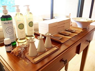 伊勢志摩産の天然塩に、オレンジピールやラベンダー、ミントのほか、エッセンシャルオイルなどを加えて、自分好みの香りにブレンドできる