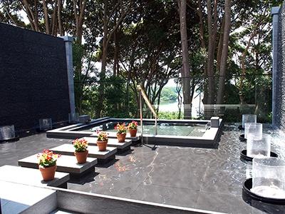 リゾート感たっぷりの貸切露天風呂。泉質は低張性弱アルカリ性低温泉