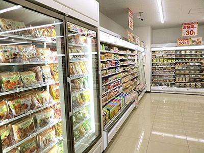 冷凍食品売り場がチルド食品売り場と隣り合わせになっている
