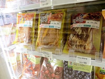 従来店の冷凍食品売り場はPBだけでなく、NBの商品も並んでいた