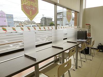 イートインカウンターは1席ずつパーテーションで区切ってある