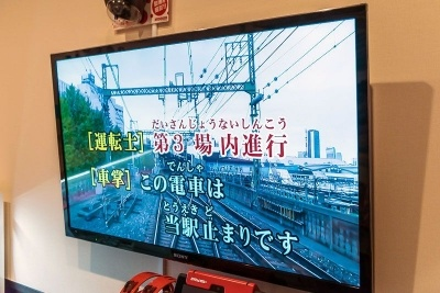鉄道カラオケはこのような運転席の展望映像と、歌詞としてアナウンスが流れる。この内容やタイミングも各鉄道会社が監修