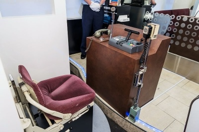 運転席部分は本物の運転席のシートとマイクなどがある