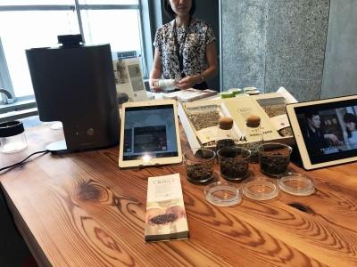 パナソニックが2017年6月から開始したコーヒーサービス事業「The Roast(ザ・ロースト)」のセット。生豆に合わせてプロの焙煎士作成した焙煎プロファイルをスマートフォンの専用アプリからダウンロードすれば、焙煎機が自動的に焙煎する。「スマートコーヒー焙煎機」(10万円)、生豆パック3種セット(月5500円)~