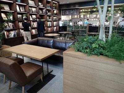丸善池袋店内のカフェスペース「ほんのひととき」。奥のカウンターで注文して商品を受け取るセルフ方式。コーヒーはケニア産の豆を使ったシングルオリジンを提供する