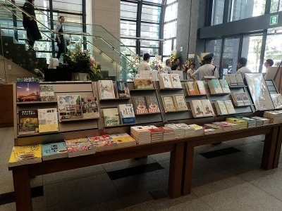 料理本や鉄道の本が並ぶ平台。一部、鉄道関係をモチーフにした文房具も並んでいる