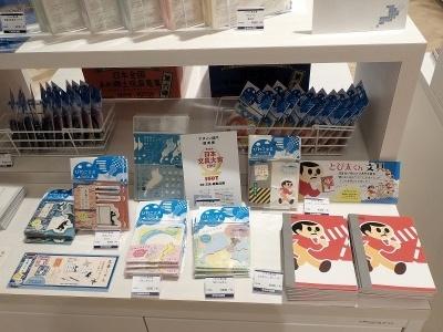 コクヨグループのコクヨ工業滋賀が手がける「びわこ文具」も手に入る。飛び出し坊やグッズも琵琶湖テンプレートも普通に買えるのだ