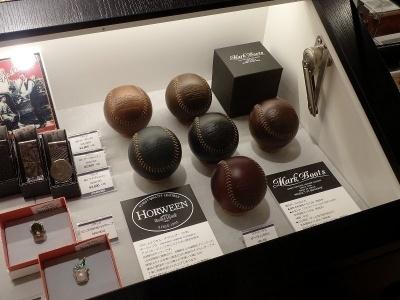 革小物も多く扱う丸善池袋店。今回最も気になったのは、この革製の野球ボール、ブリットハウス「ホーウィンBOLL」(1万円)の美しさ