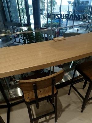 2階にもカフェスペースが用意されている。1階で買ったドリンクなどは、ここで飲むことも可能だ