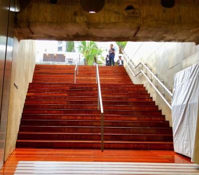 地上から地下1階までは階段で下りる