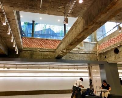 ソニービルの躯体を残しているため、階段やタイルなどそのまま使用している部分も。写真はビル内「パブカーディナル」があった場所。店舗の壁紙に隠れていたピンクのタイルを内装に利用している。さらに、地上にある外堀通りの断面が見えるような設計になっている