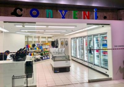 「THE CONVENI」はアパレル企業のJUNが藤原ヒロシ氏と手を組んで手がけたコンセプトショップ。店内は狭く、10人程度でいっぱいになる
