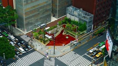 銀座ソニーパークを上から見た図。地下までも公園という意味の「垂直立体公園」を意識し、旧ソニービルの特徴的な構造を生かしたまま、地下に吹き抜けの空間を作ったという