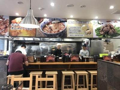 2017年8月10日にオープンした「蘭州拉麺店 火焔山」(東京都豊島区池袋2-47-7)。池袋駅北口から徒歩数分。営業時間は11~15時、17~23時。無休。スタッフは全員中国出身、お客もほぼ中国人で、店内では中国語しか聞こえてこない