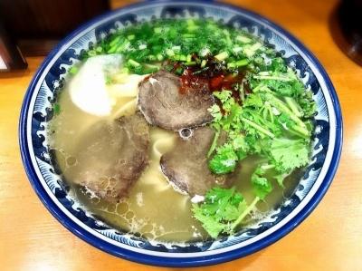 蘭州拉麺店 火焔山の「漢方入り蘭州ラーメン」(税込み980円、以下同)。注文後に麺を伸ばし始めるので、麺の太さを「細麺」「並」「平麺」から選ぶことができる。写真は平麺
