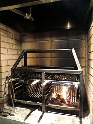 バンフ店内にあるまき専用グリル。レンジフードの中に水槽があり、煙や煤を吸収。さらに二重のろ過装置によって、屋外に有害物質を排出しないようにしている