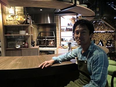「自然と都会が隣り合うカナダのバンフを訪れた経験から、まきを使った直火料理を思いついた」とCALMEの釜谷道夫代表
