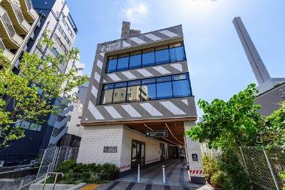 「渋谷ブリッジ」(東京都渋谷区東1-29-1)。A棟(写真)は地上3階建てで用途は保育所、B棟は地上7階建てで用途はホテル、事務所、店舗。JR渋谷駅、恵比寿駅、東横線代官山駅より各徒歩10分