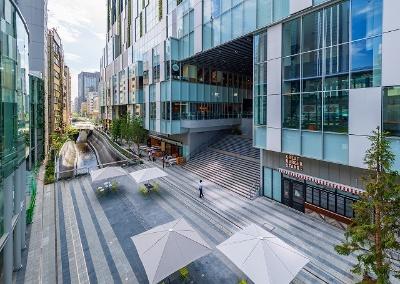 渋谷ストリーム前の稲荷橋広場前の遊歩道からスタート。渋谷ストリームの飲食店を右手に、渋谷川を左手に見ながら代官山方向に進む