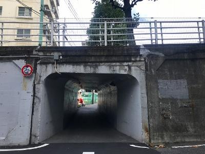 明治通りに出てから信号を渡り、代官山へ向かう八幡通りの下にあるトンネルをくぐる