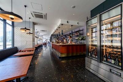 オールデーカフェ&レストラン「Megan-bar & patisserie(ミーガン バー&パティスリー)」(8~23時半ラストオーダー)はウッド、タイル、マーブル柄をあしらったシンプルな空間