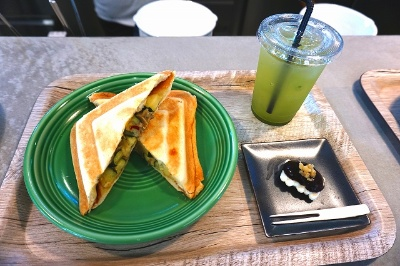 NO RAIL,NO RULEの「ポテトサラダと大根のきんぴら、煮卵、チーズのホットサンド」(税込み780円)、花豆のラム酒風味スイーツ(200円)、お茶メニューは400~580円