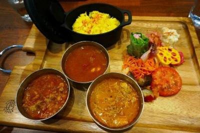 副菜+カレー3種の「カレープレート」(税込み1300円)。ポークキーマ(左)、えび(中央)、チキン(右)。はやりのサラサラ系のカレーで、特にエビはビスクスープのような濃厚な味わい。ビーツ入りのポテトサラダ入り生春巻きやサラダなどの副菜もおいしかった