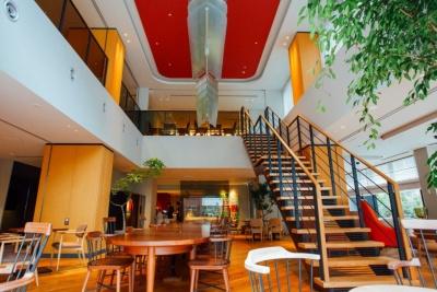 マンションブランド「プラウド」のインテリアデザインの考え方を踏襲し、内装は上質感のあるシンプルなデザインに。ホテルの総合キュレーターにはイデーの創始者を起用。1階のギャラリースペースでは、数カ月に1回のペースで現代アートの企画展を行う