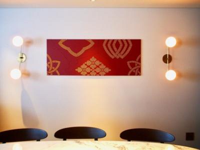 家紋職人としてのルーツをもつ波戸場承龍氏、耀次氏が手がける、家紋をデザインに落とし込んだアート作品。両氏はカードキーや館内のサインデザインも担当している