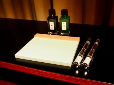 職人の手で作られたシンプルなメモパッド(伊藤バインダリー)と、文房具専門店「カキモリ」とコラボした3種類のオリジナルカラーインクとポールペン