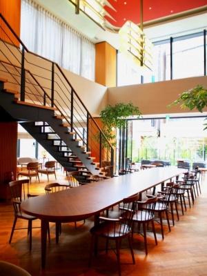 レストラン、ラウンジには開放感のある吹き抜け空間を設け、直通階段で2階のラウンジ、テラス席とつながっている
