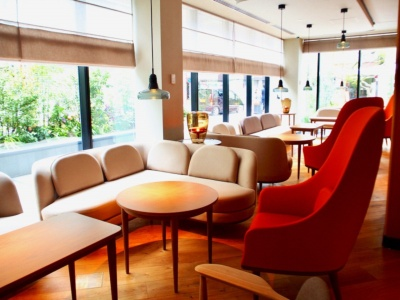 ダイニング、ラウンジなどのインテリア家具は、ステラワークスが担当。北欧調の温かみがあり、ゆったりとくつろげるデザインが印象的