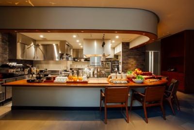 直営レストラン「ビストロ ノーガ ウエノ」はオールデーダイニングに対応し、宿泊客以外も利用できる。コンセプトは「World meets Local and Natural Food & Drink」