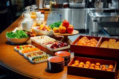 レストランの料理には、地域の専門店で取り扱う食材や調味料をはじめ、できるだけ自然な製法で作られたものを利用。朝食はブッフェかプリフィックスかを選べる